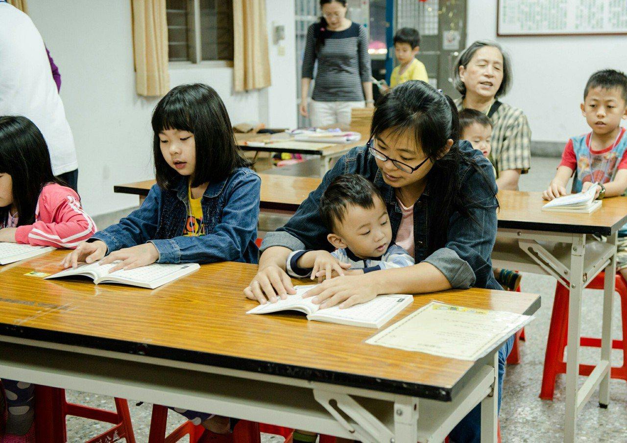 三峽龍埔市民活動中心開設兒童讀經班,不少家長帶著幼兒一起讀經,讓親子關係更緊密。...