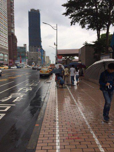 台北市議員周柏雅質疑,花了2千多萬元在北車設置候車亭,但還是有部分公車站牌在候車...