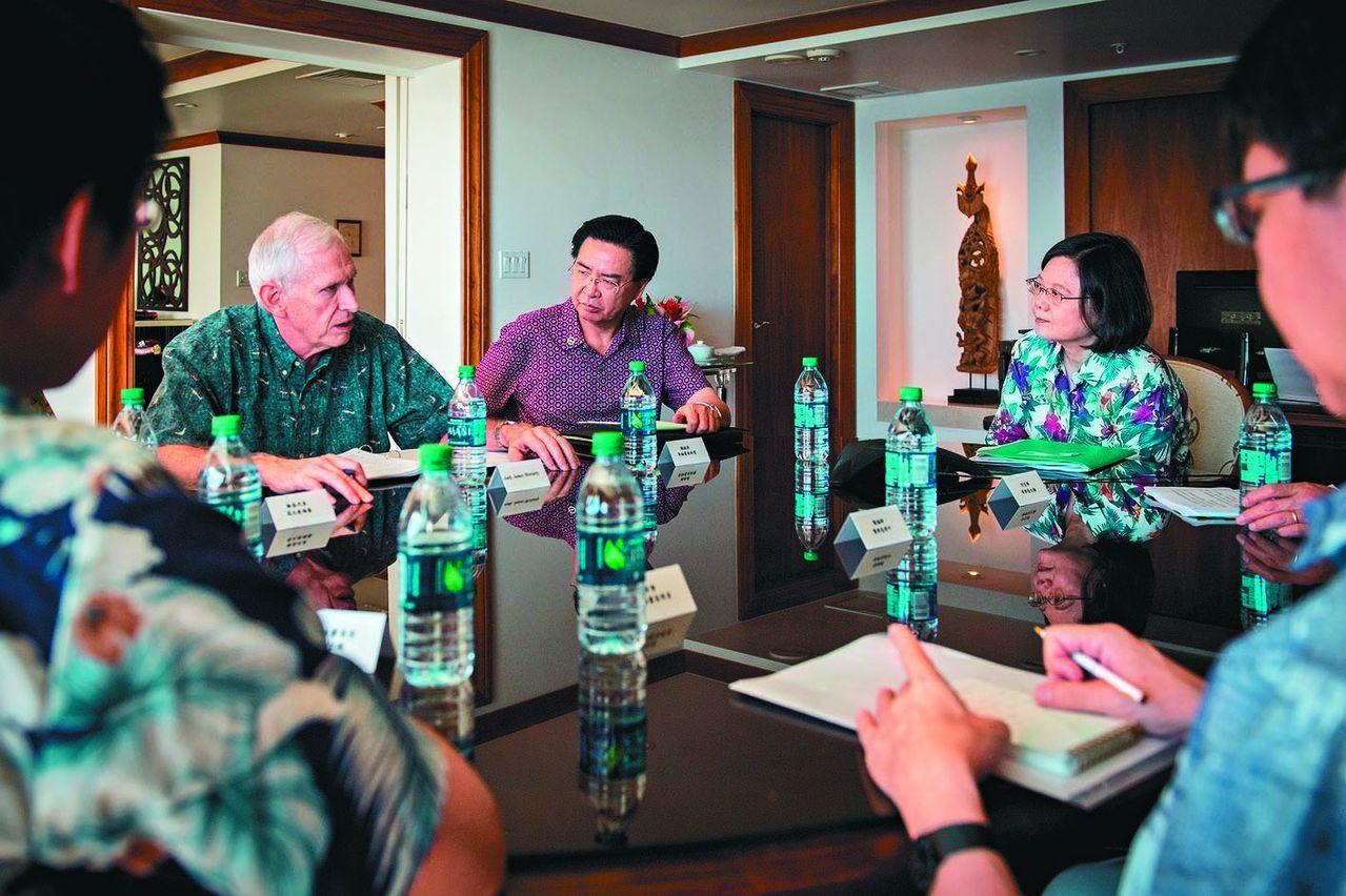 蔡英文總統(右)率團過境美國夏威夷,曾與美國在台協會主席莫健(左)會談。 圖/取...