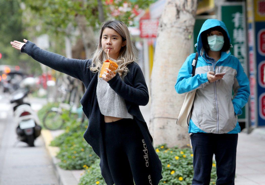 台灣北部地區已可感受到些許寒意,台北市街頭許多民眾換上禦寒衣物保暖。本報資料照/...
