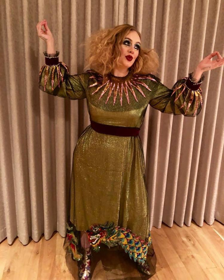 愛黛兒在Instagram上傳了萬聖造型照片,身穿Gucci春夏系列的一襲金色禮...