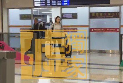 郭宗坤(左一)25日跟Moe從上海抵達松山機後出關,一左、一右分開走。記者蘇聖倫...