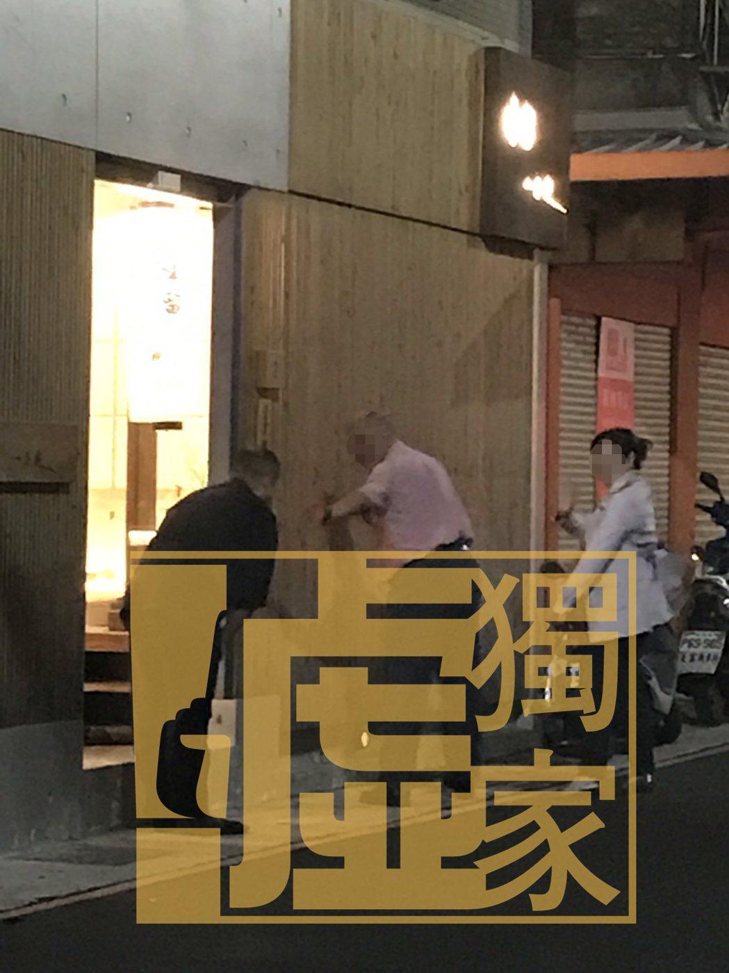 郭宗坤(左)認真執著在自己的日本料理店「味留一升庵」,對客人都以90度鞠躬。記者...
