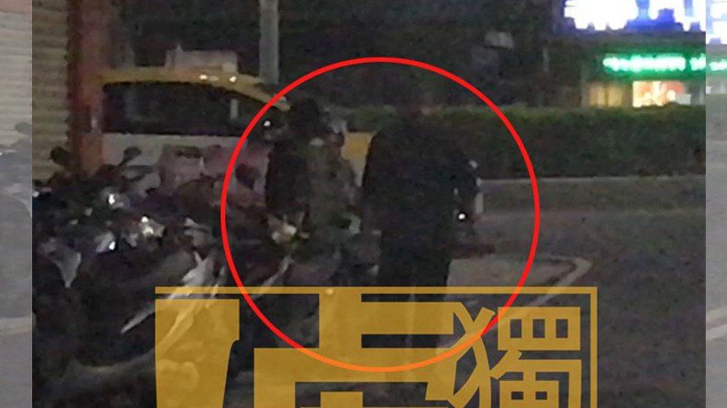 下班後,郭宗坤(右)跟Moe一起走到巷口去買滷味。記者葉君遠/攝影