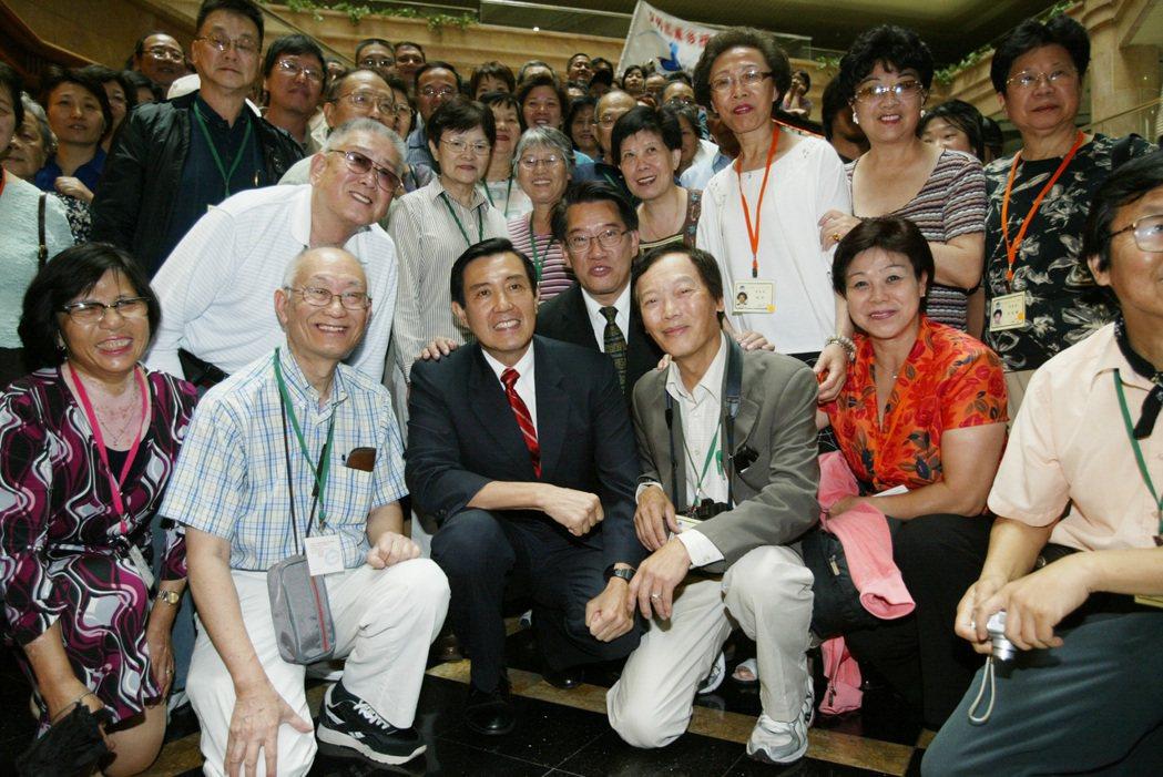 2007年國慶日,前總統馬英九向僑胞說明「下鄉」的體驗,表示會出賣「水果」給大陸...