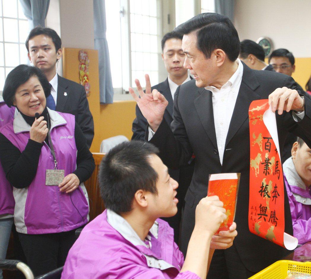 2014年春節馬英九(右一)探視陽明教養院,並且發放總統府紅包袋和春聯給院生。 ...