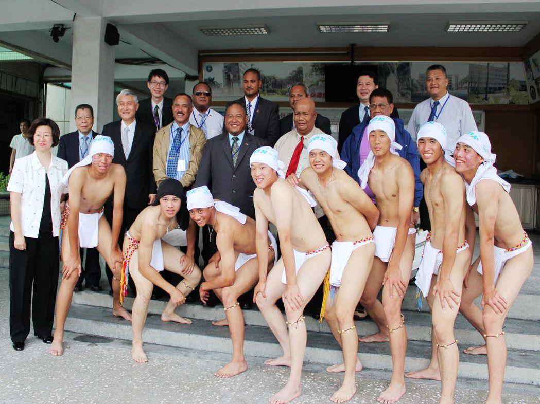 帛琉共和國眾議院議長安薩賓(紅領帶者)在外交部安排下參訪穀保家商,校方安排學生打...