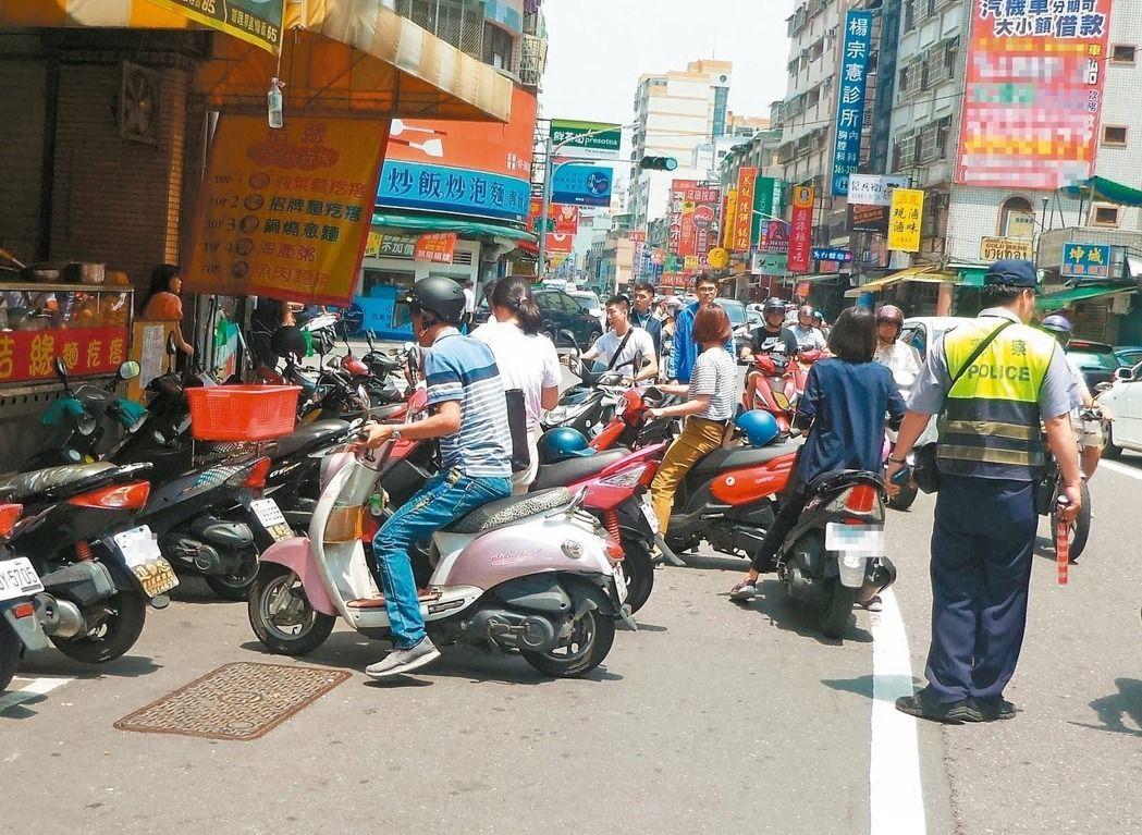 警察執行交通違規取締或進行違停拖吊,時常遇到不滿的民眾飆罵,有些警察受不了,自己...