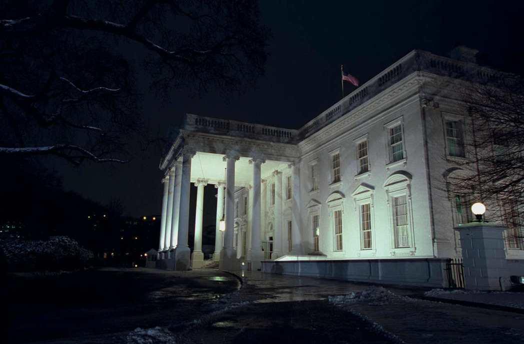 白宮夜裡看起來有些陰森,是美國最有名的鬼屋之一。 (美聯社)