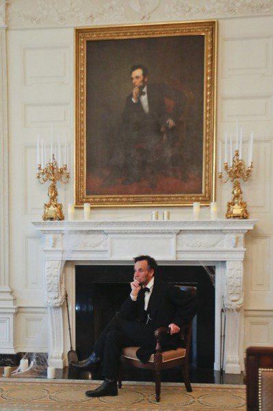 林肯的鬼魂據說常在白宮出沒,圖為以扮演林肯聞名的演員克萊恩,去年10月28日萬聖...