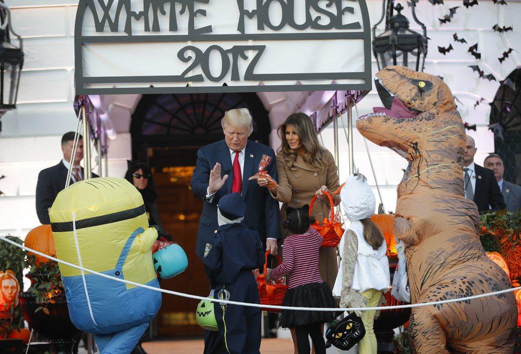 美國總統川普夫婦10月30日在白宮跟孩童提前慶祝萬聖節。 (美聯社)