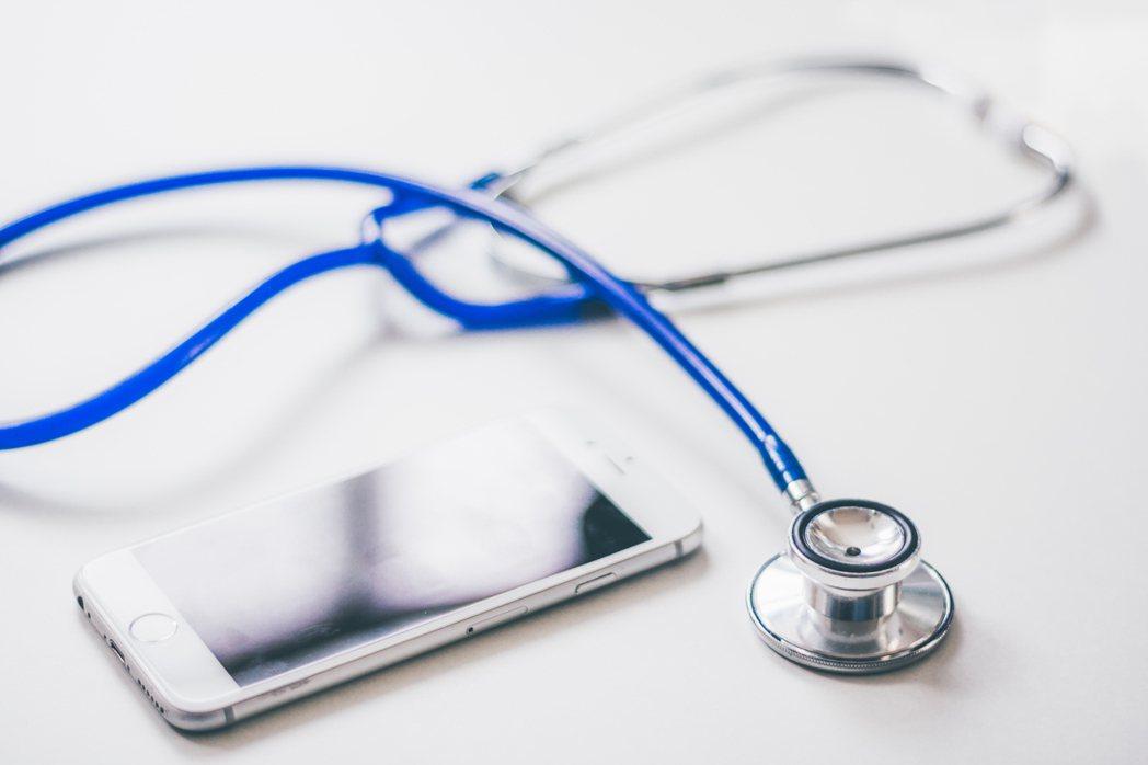 衛福部11月將預告修改《醫師法》遠距醫療規定,放寬慢性病患、出院追蹤病患、長照機...
