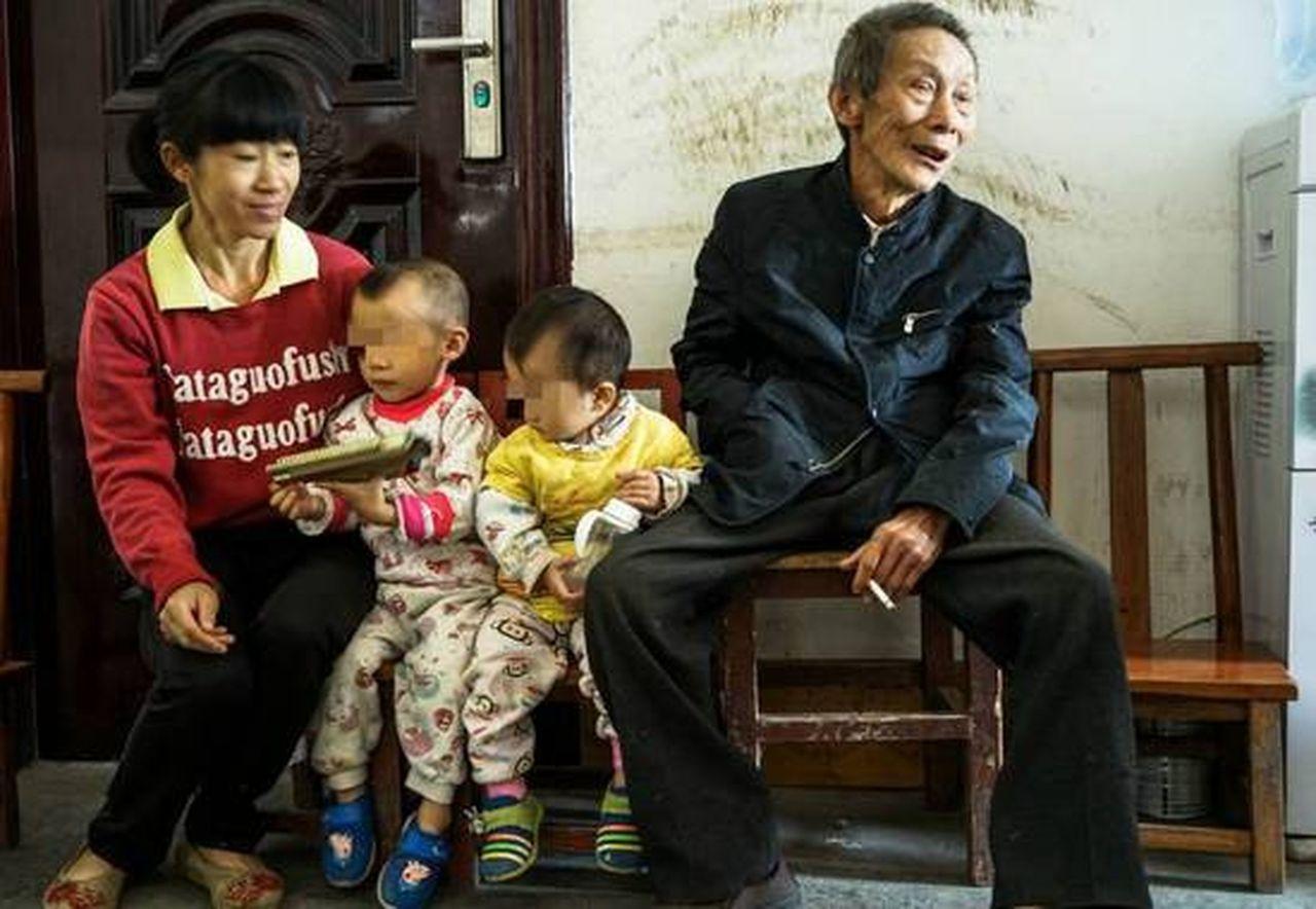 譚彩英(左)與她78歲的愛人黃生尤(右)結婚後,生了兩個孩子。(取材自南國早報)