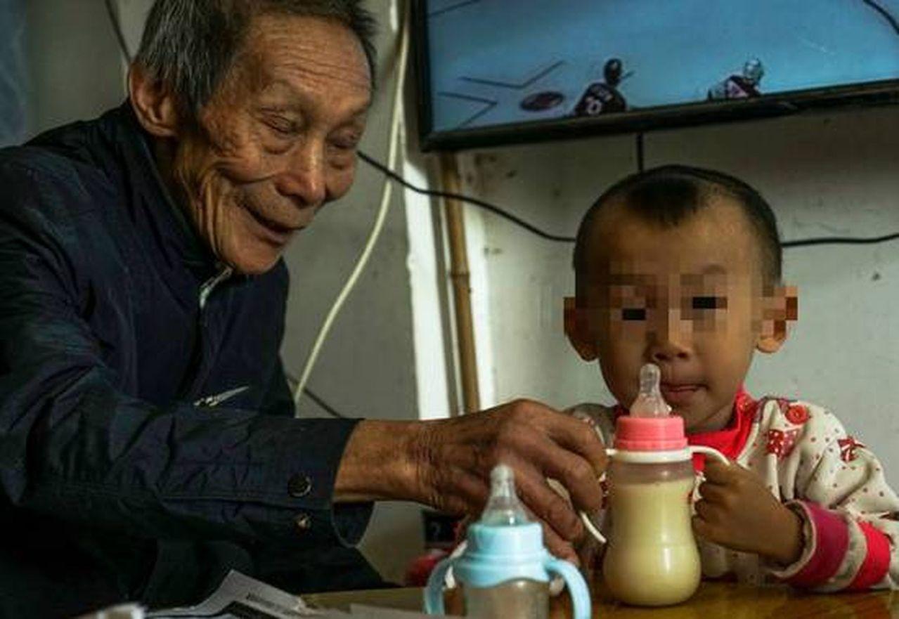 黃生尤細心照顧孩子。(取材自南國早報)