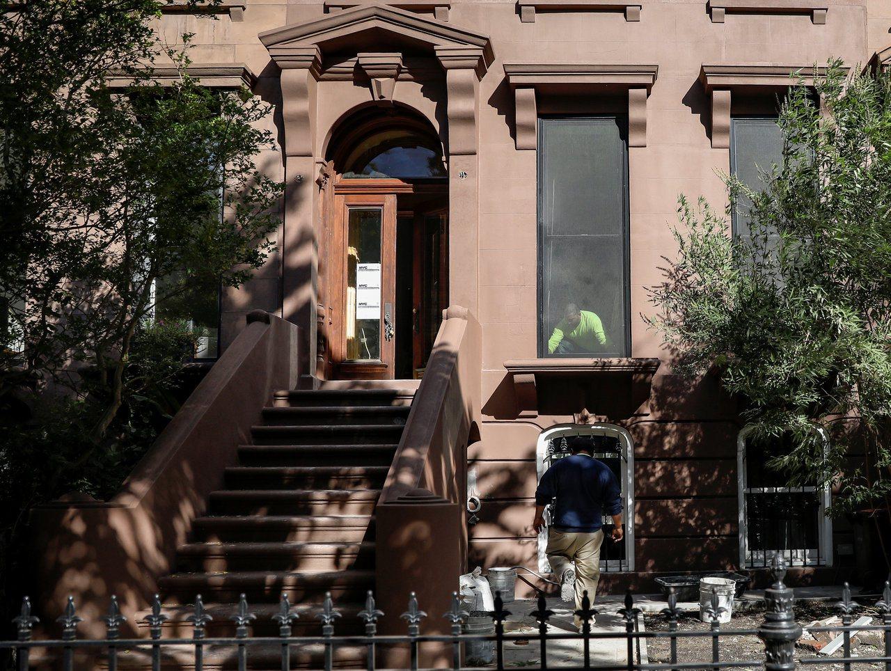 馬納福被查出在紐約市布碌崙的好區擁有一幢公寓。路透