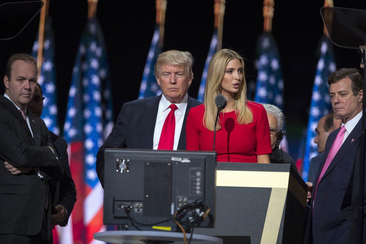 這張去年7月攝於克利夫蘭的照片顯示,馬納福(右)和蓋茲(左)兩人,正在為川普與女...