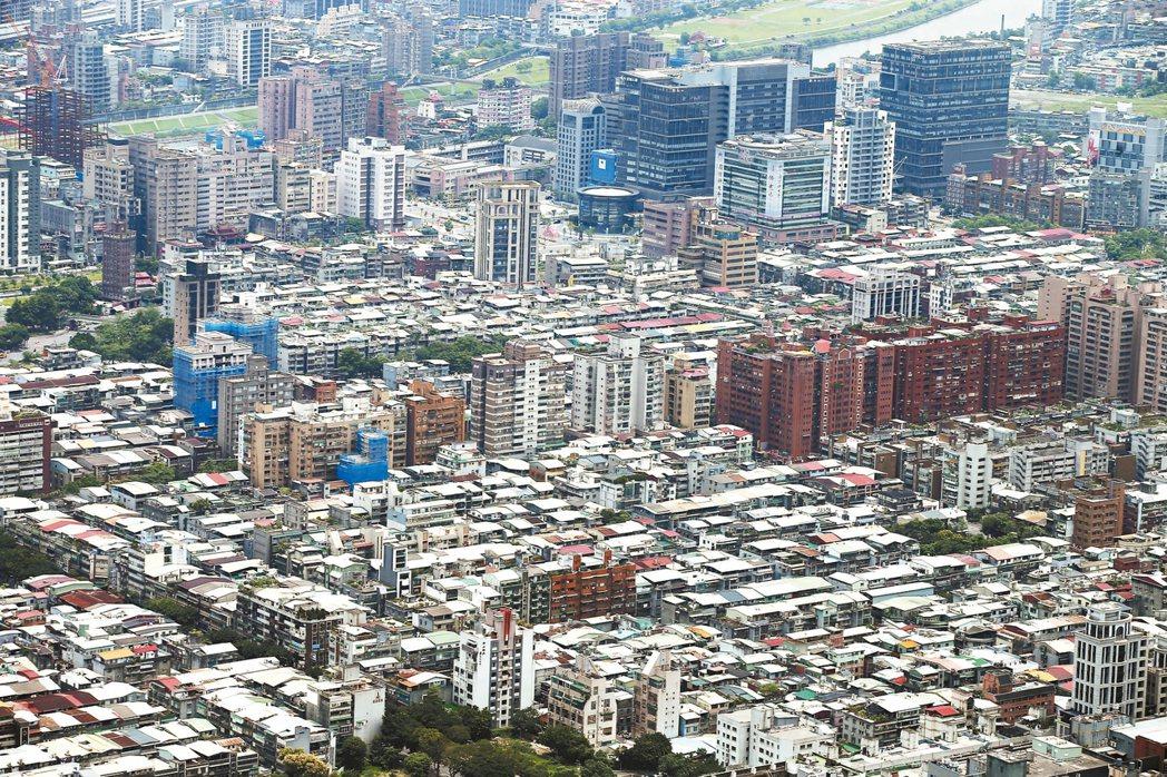 北市地價以住宅區下跌較明顯,尤其是老舊、住商混合及通勤不便住宅區。 報系資料照
