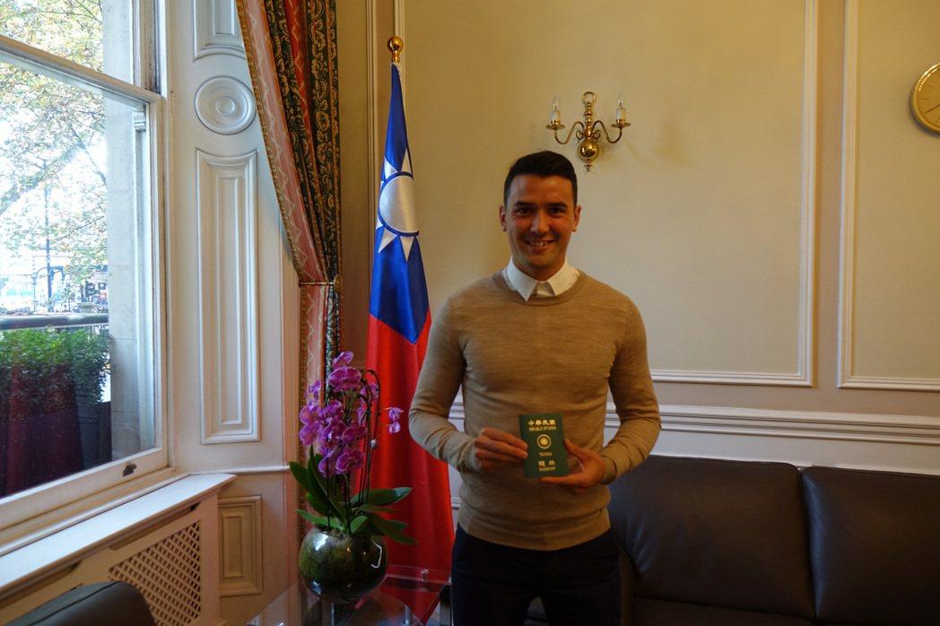 23歲華裔英籍球星周定洋今天取得中華民國護照,只待中華民國足球協會(CTFA)向...