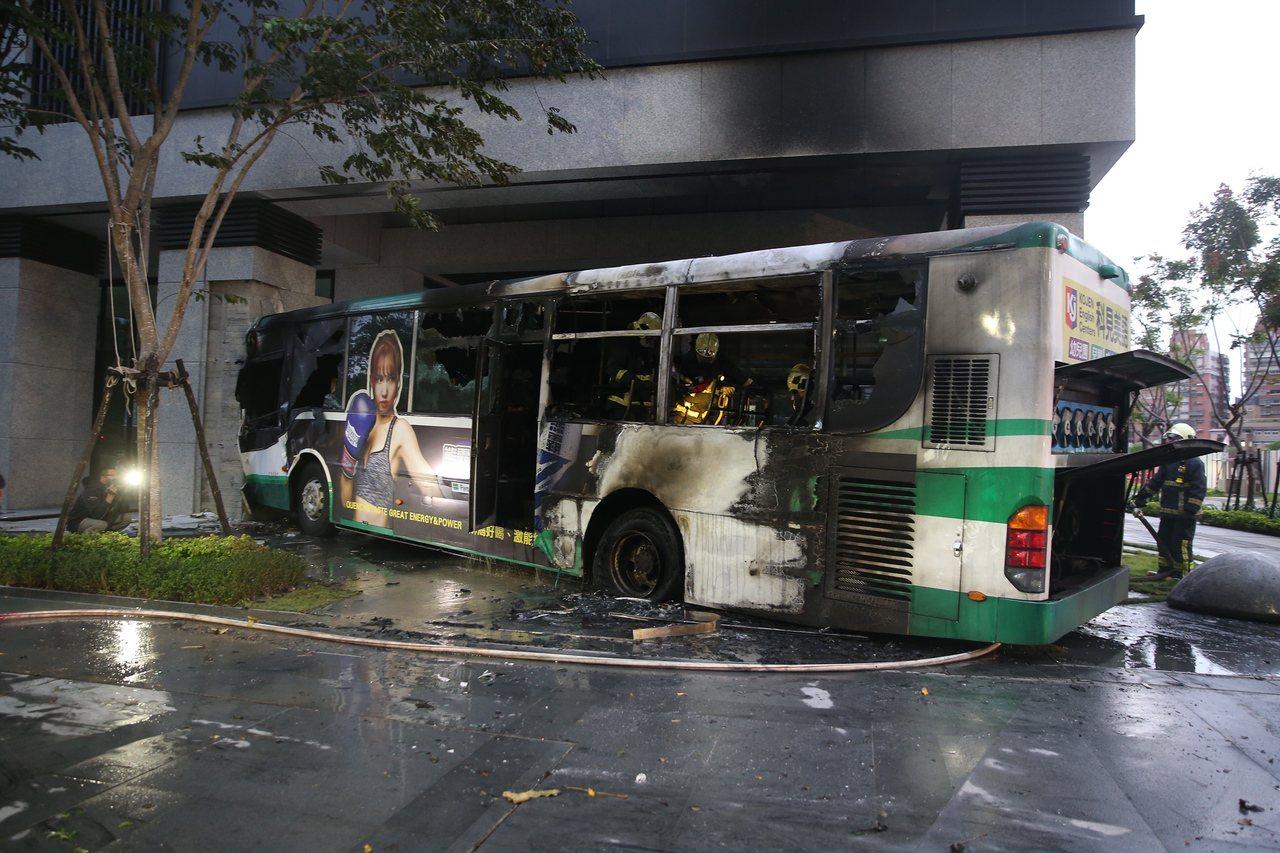 新莊中平路與中央路口發生火燒車意外。記者楊萬雲/攝影