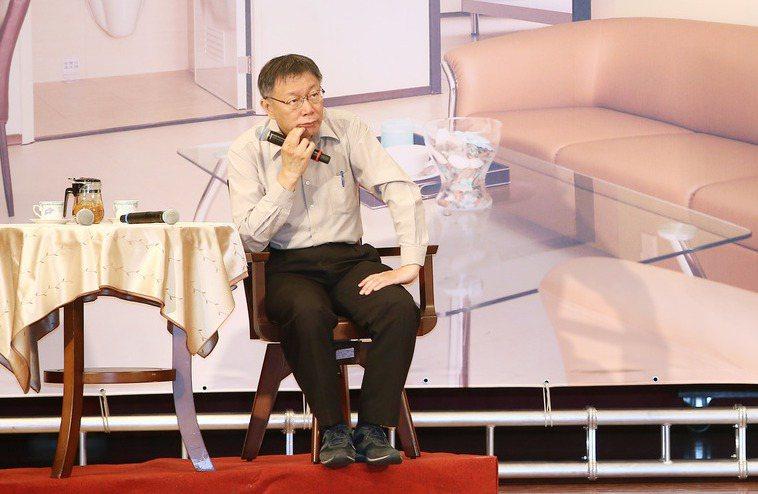 台北市府上午在文山區公所舉辦行動市政會議,為了營造臉書直播的場景氣氛,工作人員特...