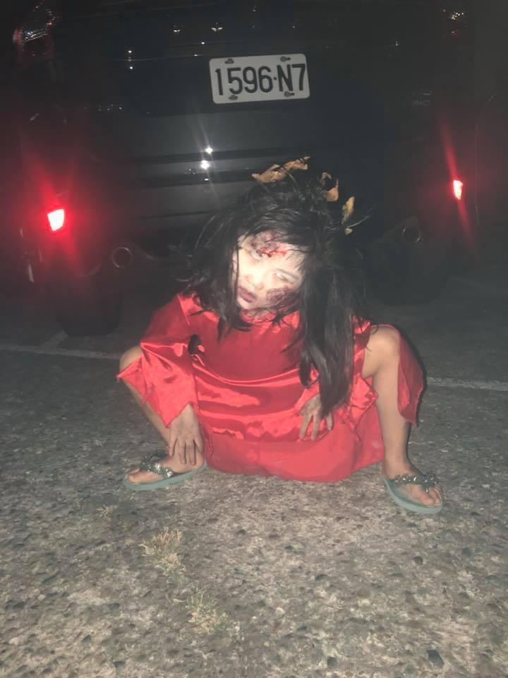 圖為紅衣小女孩萬聖節造型。擷自爆料公社