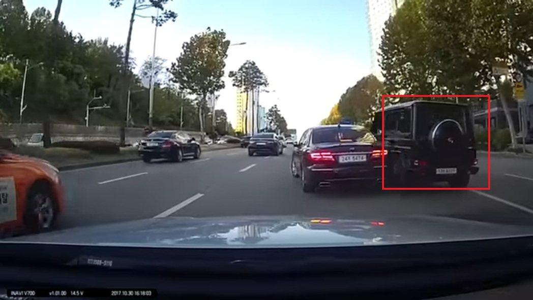 金柱赫的車子突然向左擦撞到其它車子。 圖/擷自Youtube