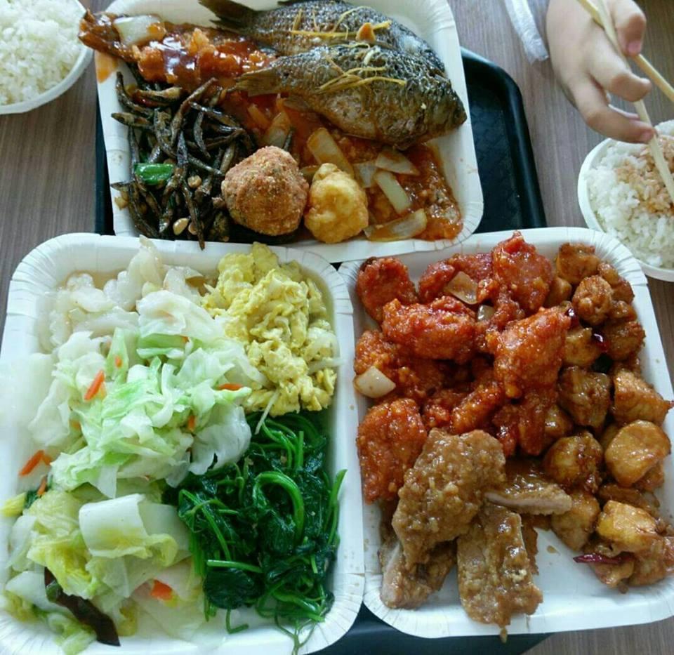 自助餐店夾菜,3盤被收660元,民眾PO文抱怨嫌貴。 圖擷自我住台南安南區討論版