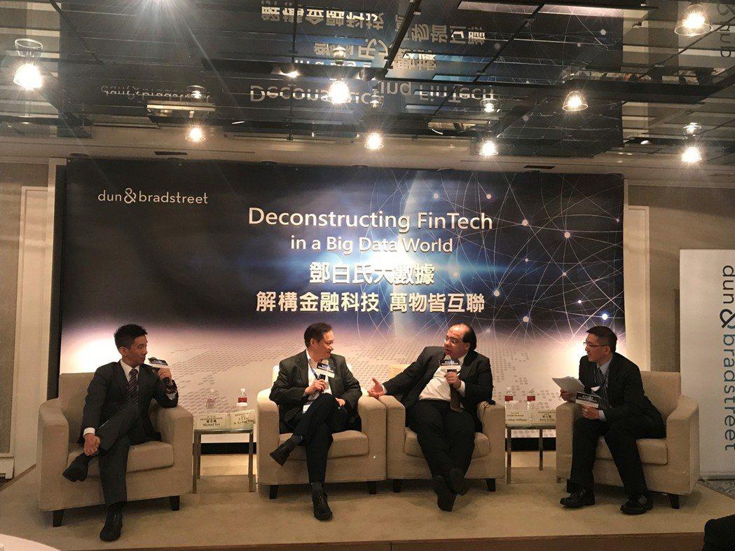 三位國際級專家針對「解構金融科技,萬物皆互聯」進行座談,點出金融科技發展,需要正...