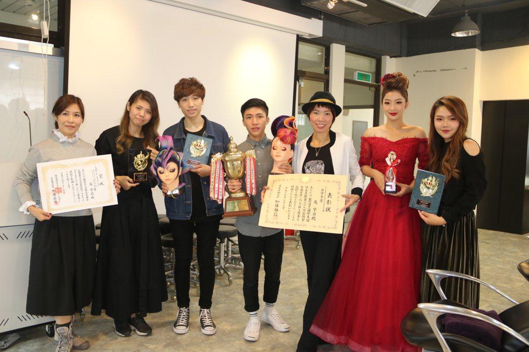 弘光師生參加日本藝術祭獲四個獎項,師生合影分享榮耀。 弘光科大/提供。