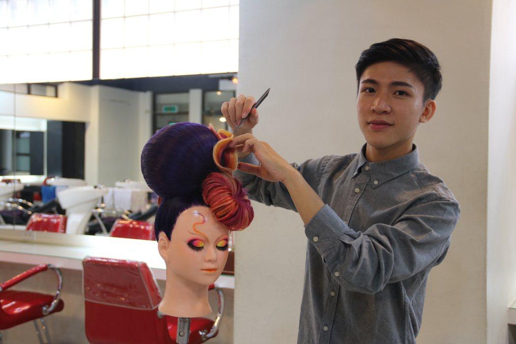弘光科大美髮系大二的吳宇昌,靠單親媽及親友資助,赴日參賽獲長髮創意造型組第一名及...