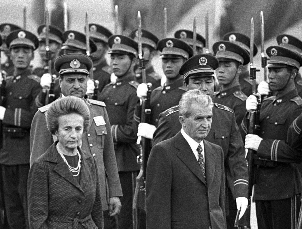 高壓獨裁的西奧賽古(右)對羅馬尼亞社會的監控,絕對不遜於蘇聯或東德。 圖/路透社