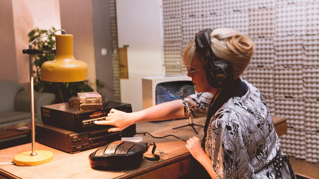 當時伊琳娜一天平均可以配七、八部電影,工時長且幾乎全是臨場即席口譯配音。 圖/《...