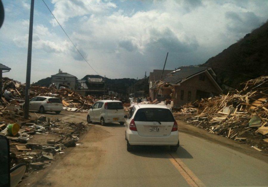 道路兩旁房屋全毀,311後的受災地宛如人間地獄。 圖/作者攝影提供