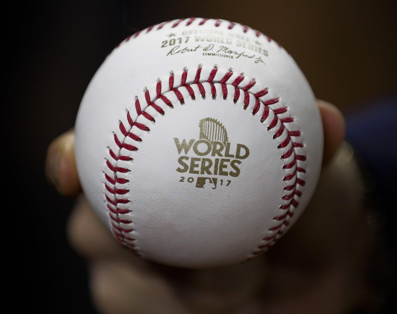 本屆世界大賽已是大聯盟史上棒球飛出全壘打牆次數最多的系列賽,因此大聯盟使用彈力球...