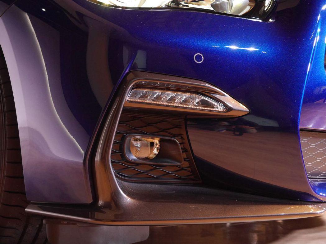 Infiniti Q50小改上市,外觀上以車頭更低寬且延伸的進氣壩搭配定風翼,加上引擎蓋折線,展現出更強烈的跑格。記者林昱丞/攝影