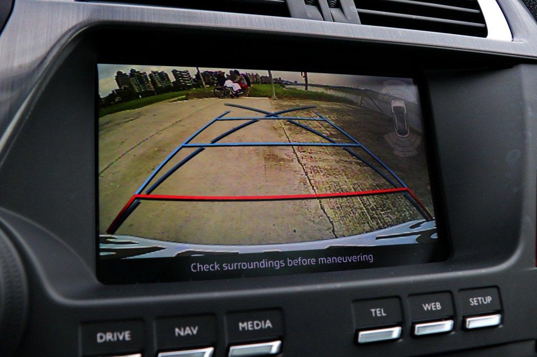 7吋全彩觸控螢幕提供倒車顯影功能。 記者陳威任/攝影