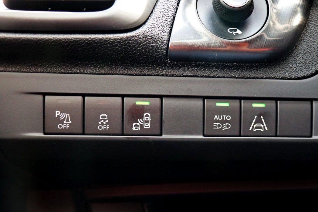 配備包括BSM盲點偵測系統及LDWS車道偏移警示系統。 記者陳威任/攝影