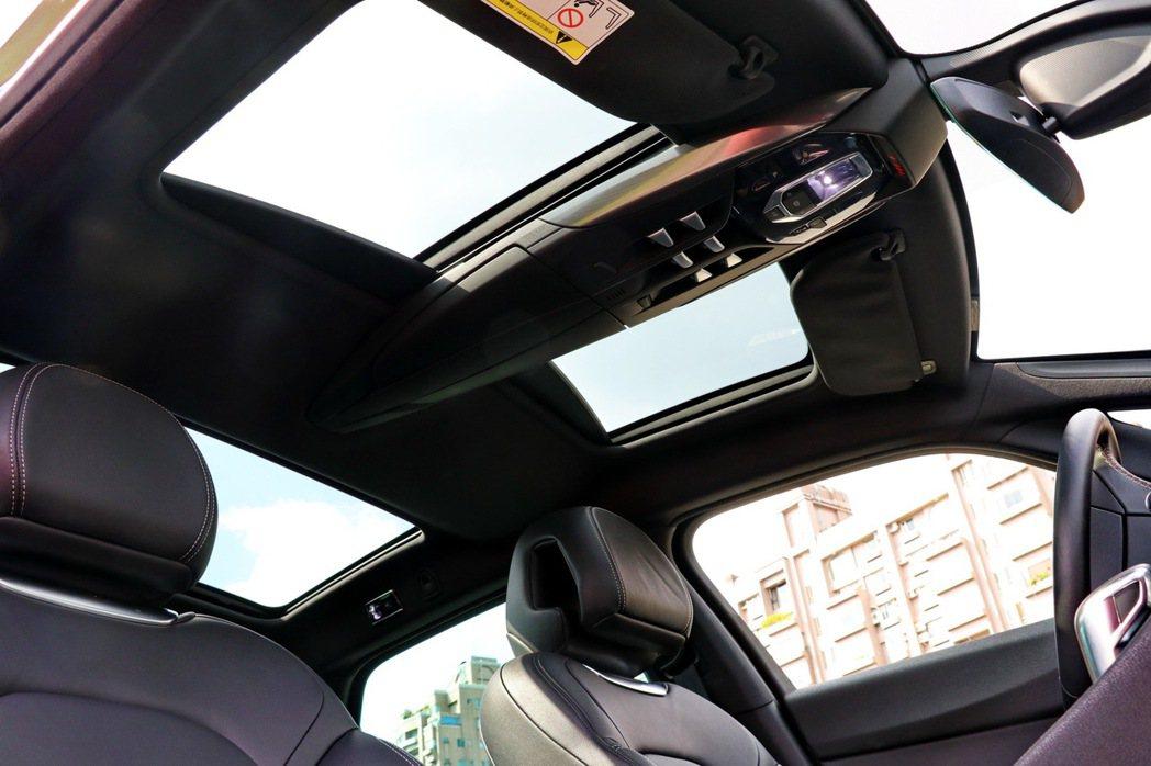 全景式玻璃車頂搭配三片式獨立天窗。 記者陳威任/攝影