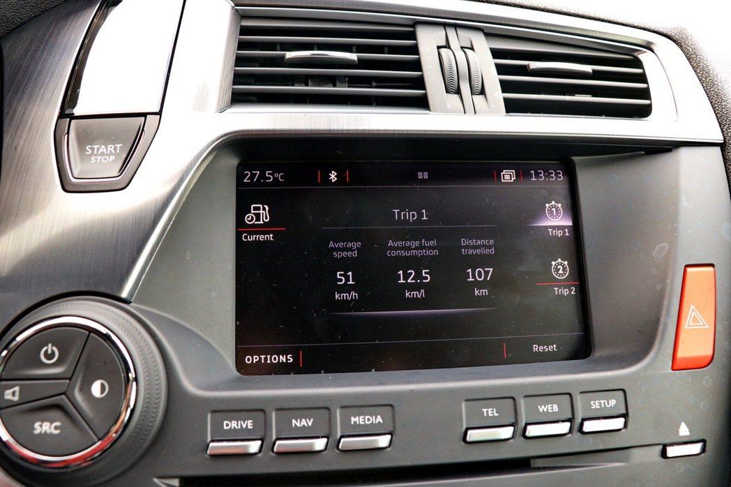 新增了DS Connect音響通資系統提供7吋全彩觸控螢幕。 記者陳威任/攝影
