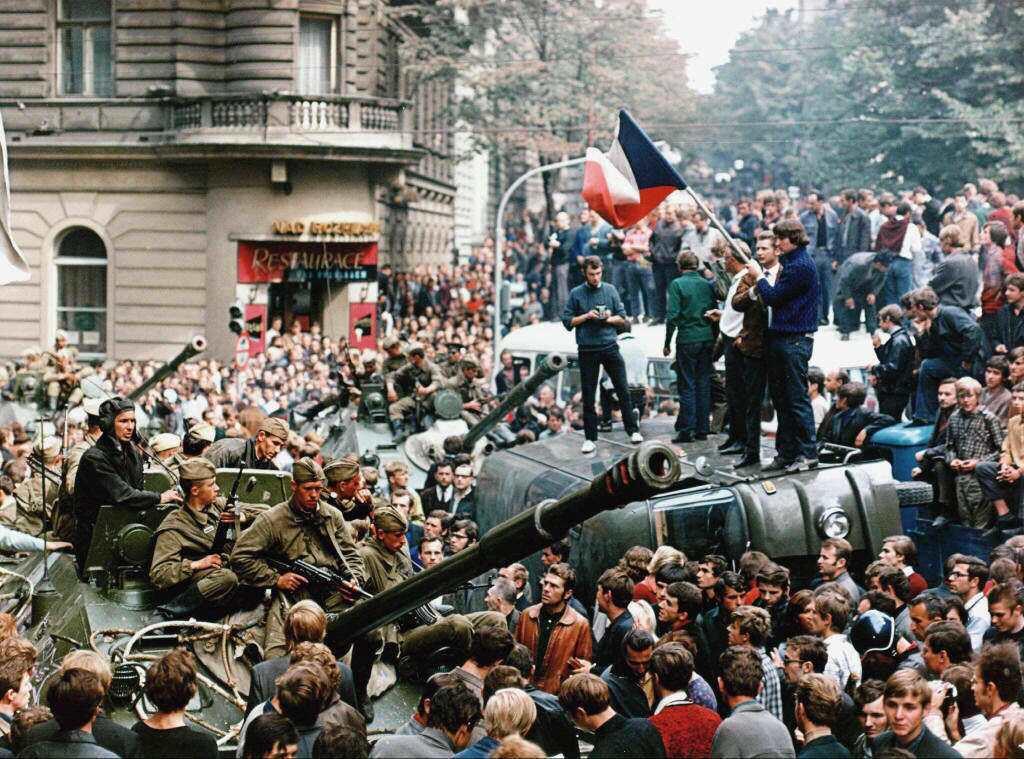 一直到1968年蘇聯坦克開進了捷克斯洛伐克、鎮壓布拉格之春後,知識分子們才大夢初...