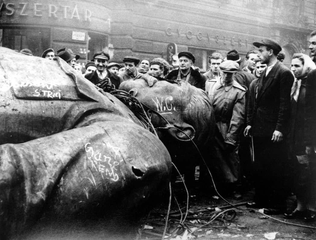 1956年蘇聯領導人赫魯雪夫破天荒的譴責了史達林的個人崇拜;同年在匈牙利首都布達...
