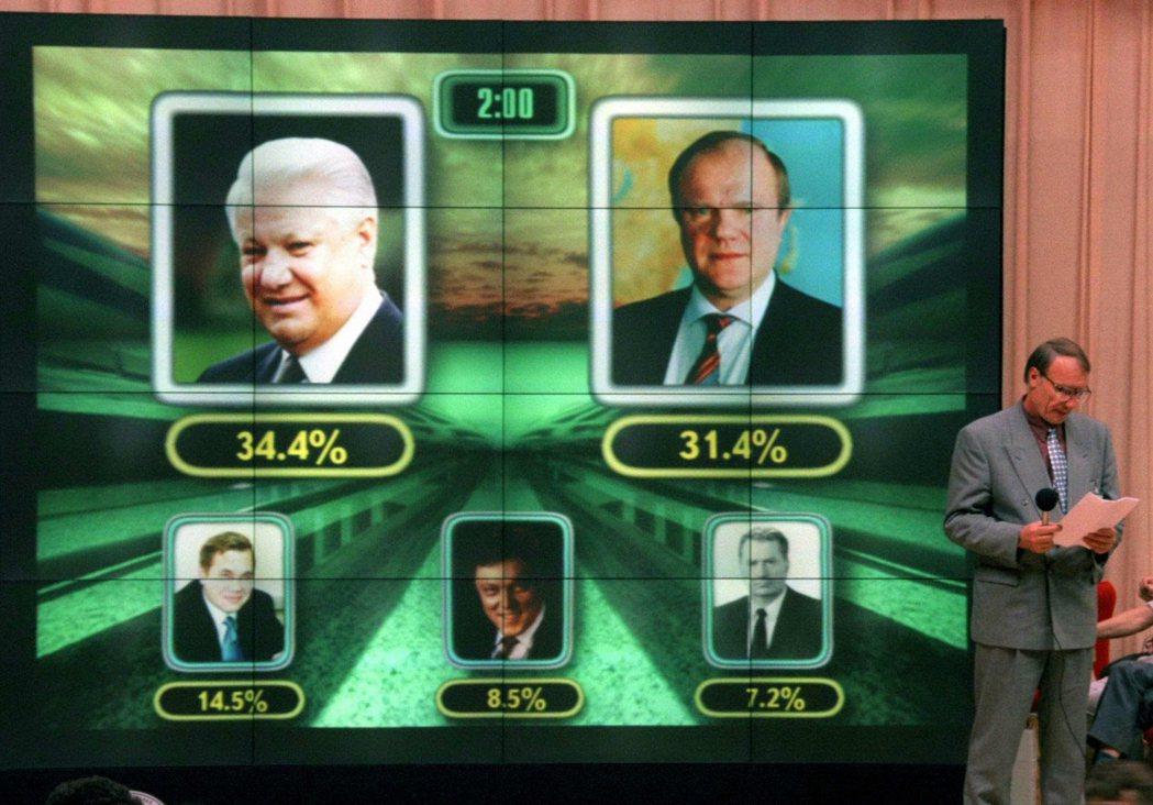 1996年大選,NTV了不讓共產黨候選人(右上:共產黨中央委員會主席久加諾夫)當...