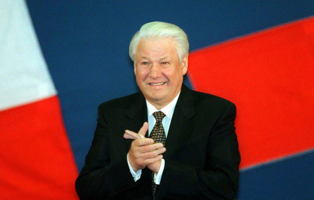 蘇聯總統戈巴契夫將權力利交與俄羅斯總統葉爾欽,蘇聯滅亡。 圖/路透社