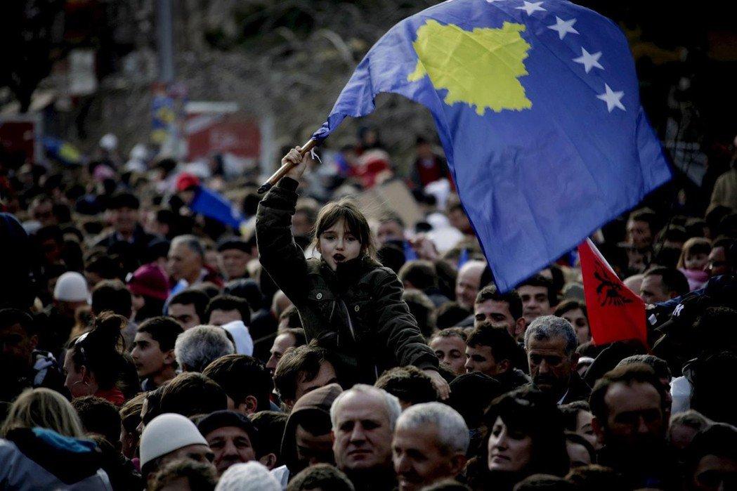 科索沃(圖中為科索沃旗幟),是塞爾維亞與歐盟之間最遠的距離。 圖/美聯社