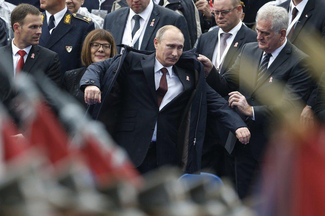 當歐盟因烏克蘭危機選擇制裁俄羅斯時,塞爾維亞選擇擁抱普丁。圖為2014年普丁參加...