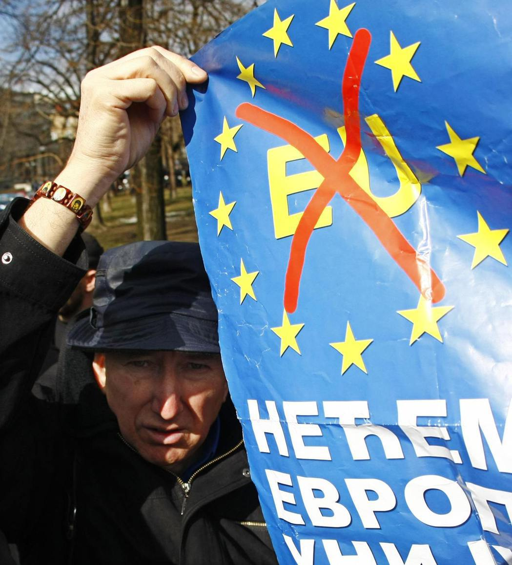 塞爾維亞極右派激進黨(Radical Party)黨員高舉著「我們不要加入歐盟!...