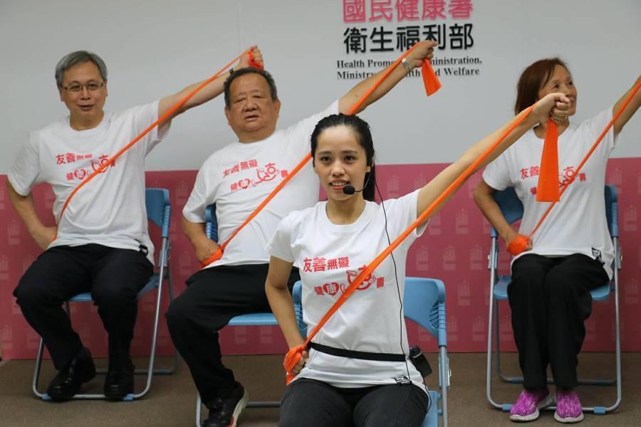 長者們參與肌力訓練課程,模樣十分認真。(photo by黃俊翔台灣醒報)