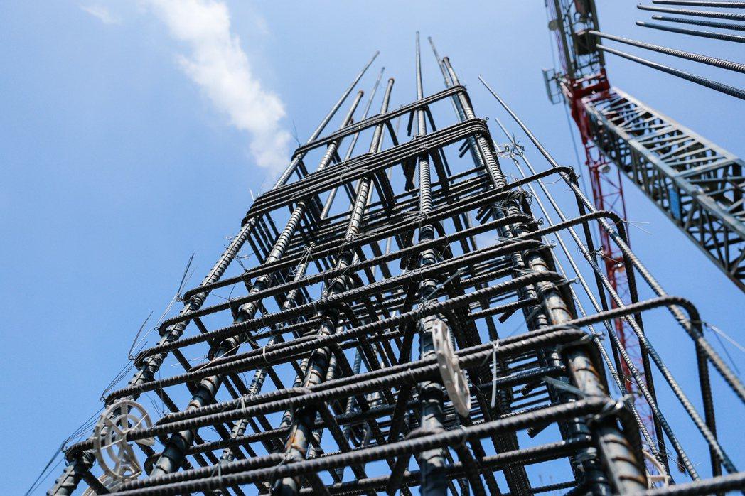 瞧瞧這結構柱系統化鋼筋綁紮,外箍及內繋筋與垂直的柱主鋼筋綁紮的多精實。 攝影/張...