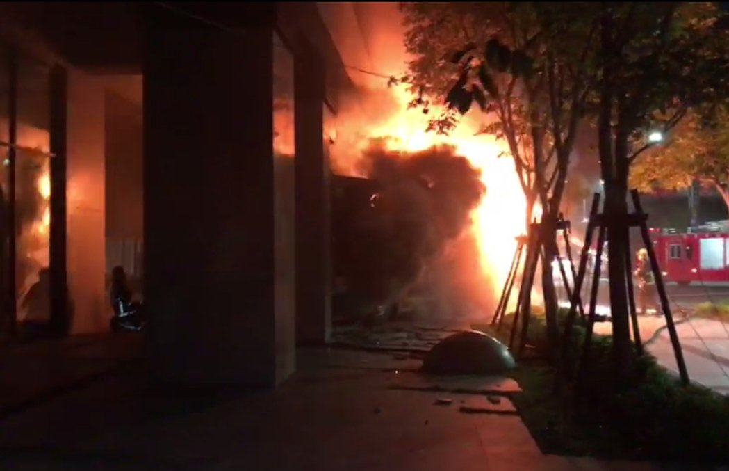 三重客運617線公車在新莊中央路撞進路邊大樓起火,司機昏迷送醫。 記者林昭彰/翻...