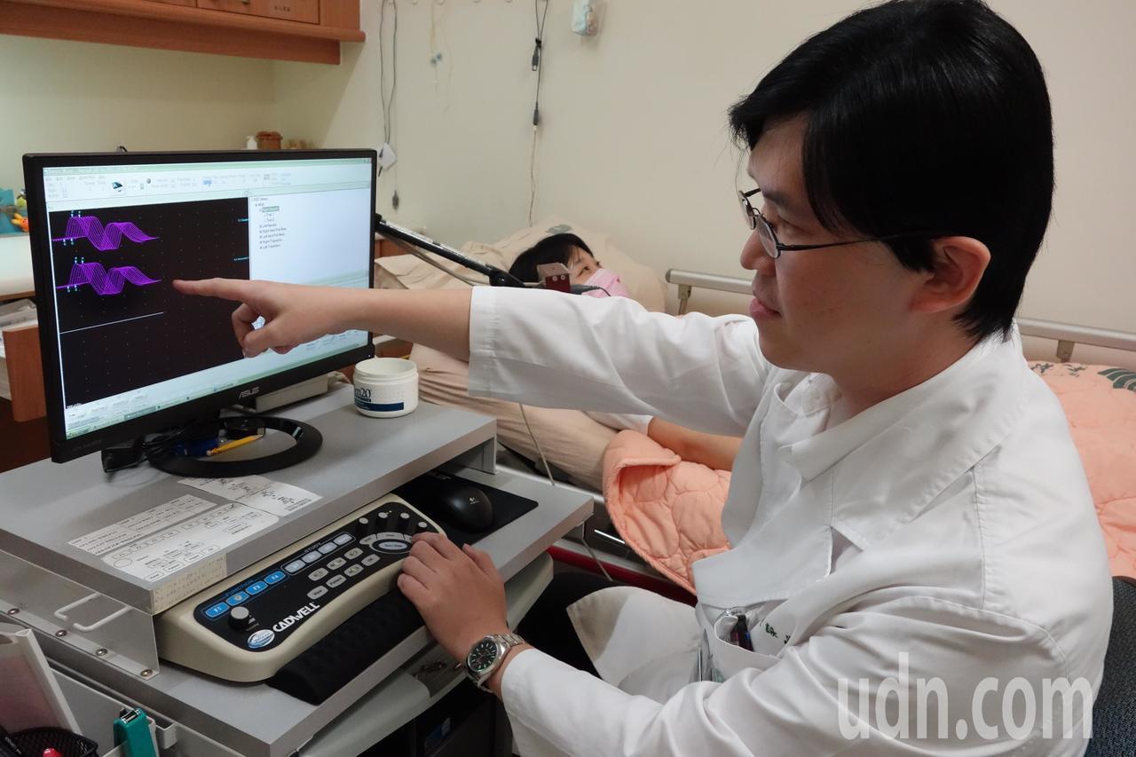 醫師黃詠嵩進行重覆神經刺激檢查。記者謝恩得/攝影